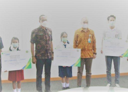 Tiga Siswa Gianyar Terima Beasiswa Dari Bpjs Ketenagakerjaan Lenteraesai Id